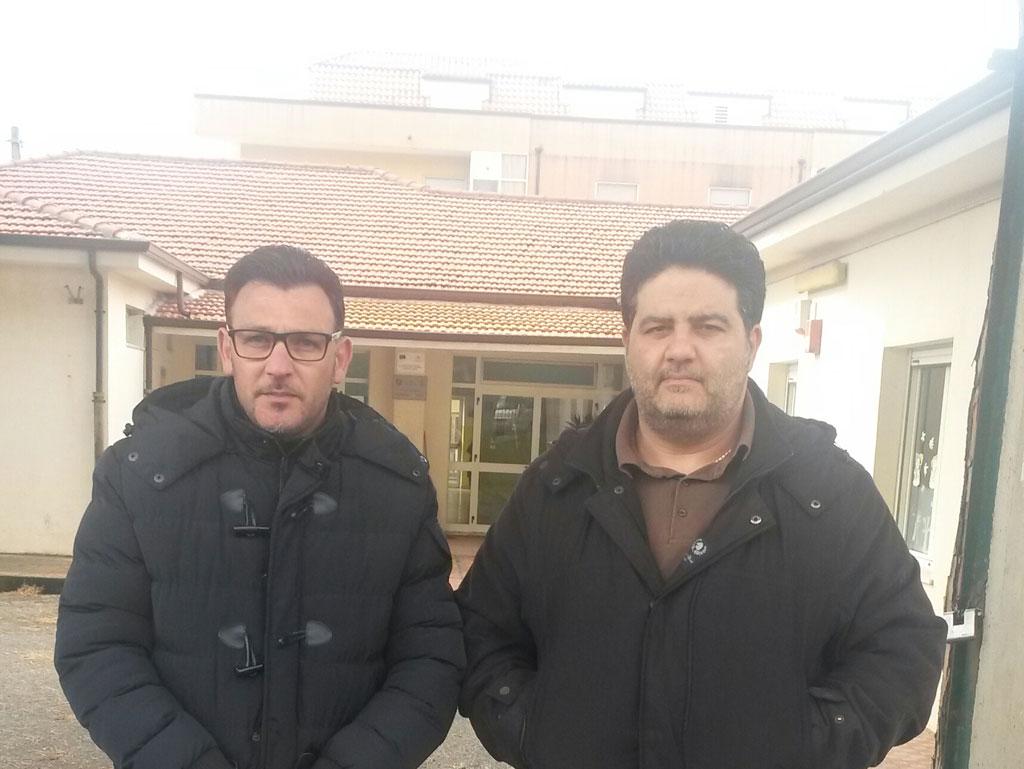 Oscar Branca e Antonio Carnovale davanti alla scuola Alberto Manzi