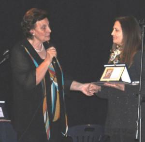 Maria Zanoni mentre consegna un premio