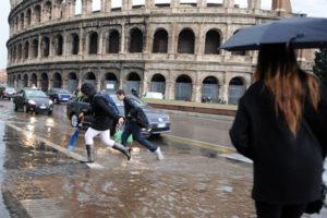 Maltempo: nubifragio su Roma, alberi caduti e strade chiuse