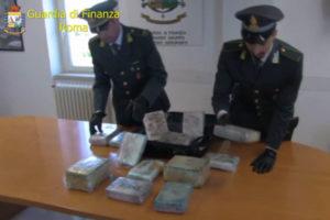 Droga: Blitz Gdf Fiumicino, 6 arresti e sequestro 16 kg cocaina