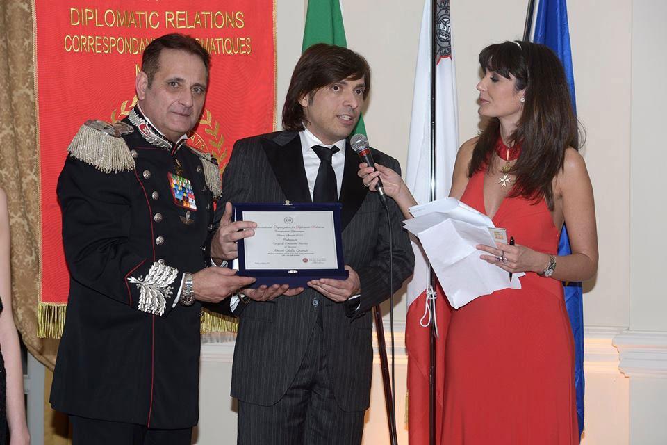 Anton Giulio Grande mentre riceve il premio