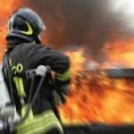 Incendi nel Crotonese, distrutta auto e danneggiato portone