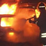 Auto in fiamme sul lungomare a Rossano, panico tra i passanti