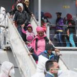 Migranti: in 217 sbarcati a Vibo Valentia, 10 i casi di scabbia