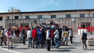 Rosarno: striscioni e slogan antirazzismo, la rabbia dei migranti
