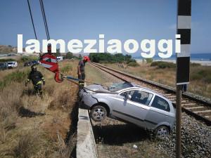Auto si ribalta su binari nel Catanzarese, soccorsa donna