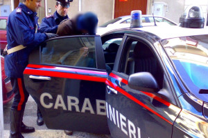 Rissa in piazza ad Arena con schiaffi ai Cc, arresto e denunce