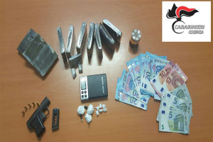 Nascondeva droga e pistola in casa, arrestato giovane cosentino