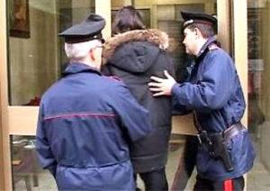 Accoltella il compagno e si scaglia contro i Cc, arrestata