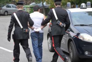 Calci e pugni a carabinieri che gli chiedono documenti, arrestato