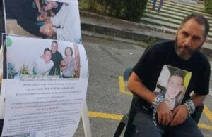 Padre 19enne ucciso s'incatena davanti Tribunale Catanzaro