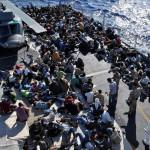 Migranti: nave con 701 persone a Crotone, a bordo 8 cadaveri