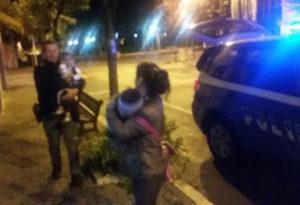 Famiglia rumena dorme per strada, poliziotti pagano hotel