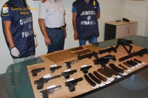 Camorra: Gdf Napoli scopre arsenale nascosto in un'auto