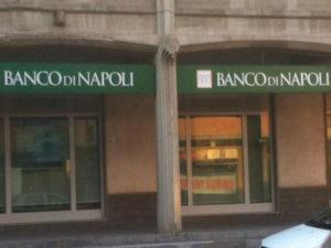 Rapinano banca a Catanzaro ma riescono a portare via solo 58 euro