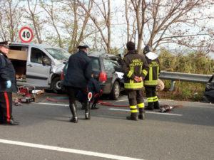 Incidenti: scontro auto-furgone nel Catanzarese, un morto