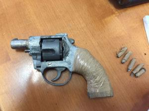 Armi: pistola e cartucce nascoste in giardino un arresto