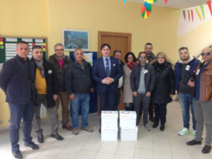Corigliano: Fidelitas dona delle risme di carta alla scuola elementare Rodari