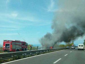 Autobus in fiamme sull'autostrada Salerno-Reggio, tutti illesi