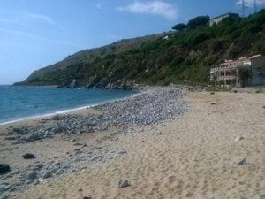 Cadavere rinvenuto sulla spiaggia a Nicotera, indagini