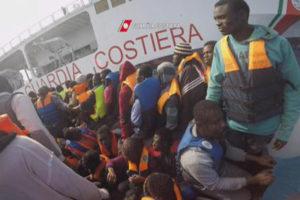 Migranti: salma donna incinta a bordo nave approdata a Vibo