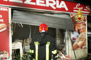 Incendio doloso con esplosione in pizzeria Crotone, indagini
