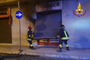 Incendio doloso distrugge centro scommesse a Crotone