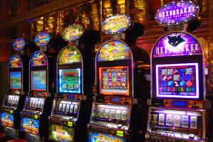 Slot machines non collegate rete Aams, denunciato esercente Acri