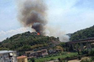 Incendi: Calabria, fiamme in centro a Cosenza; canadair dagli Usa