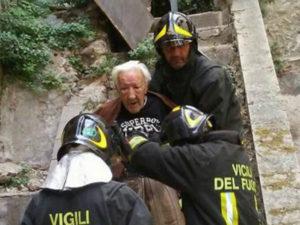 Cede copertura palazzina a Cosenza, illeso anziano 85enne