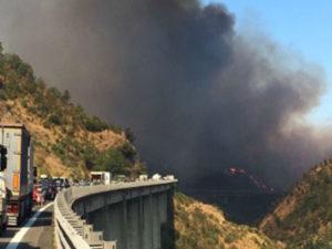 Incendi: fiamme nel Cosentino, evacuate case e chiuso tratto A2