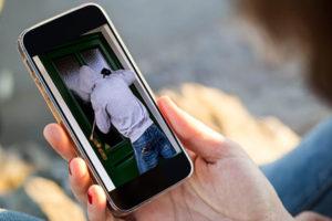 Furti: vede ladri in casa 'in diretta' con lo smartphone, presi