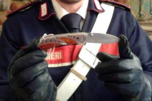 Viaggia con un coltello a serramanico, 47enne denunciato dai Cc