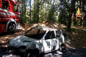 Auto in transito s'incendia nel Catanzarese, illesa conducente