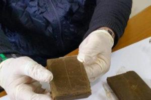 Droga: 300 grammi di hashish nel giubotto, arrestato a Rogliano