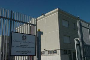 Carceri: tenta suicidio, detenuto salvato da guardie a Crotone