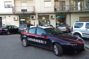 Tanica benzina con biglietto minatorio davanti negozio a Crotone