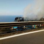 Bus in fiamme sull'A2, passeggeri a piedi sino all'uscita di Vibo