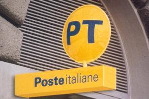 Sfondano vetrata e rapinano Poste a Reggio, 15 mila euro bottino
