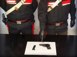 Armi: aveva una pistola in casa, 80enne arrestato a Reggio
