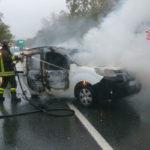 Incidenti stradali: furgone va a fuoco dopo scontro, grave ferito