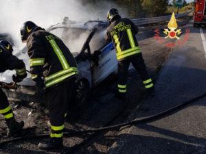 Incendio distrugge Ford Fiesta sulla 106, illeso autista