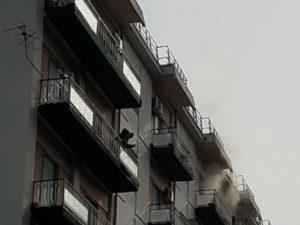 Incendio in un palazzo in centro a Cosenza, novantenne in salvo