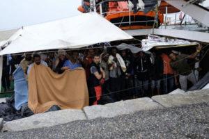 Migranti: a Crotone nave con 378 persone, preghiera all'arrivo