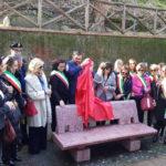 """Violenza donne: """"Amami e basta"""", una panchina rossa a Cosenza"""