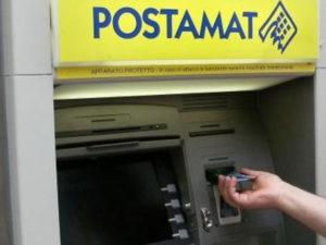 Spintona donna e le ruba 'postamat', arrestata a Cosenza