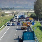 Incidenti stradali: scontro furgone-auto sulla 106, un morto