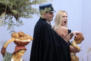Natale: Femen ruba Bambinello presepe del Papa, Polizia l'arresta