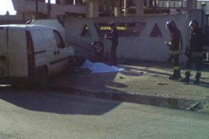Incidenti stradali: investito mentre verifica auto, morto