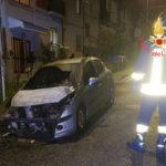 Auto in fiamme nella notte a Catanzaro, indagini